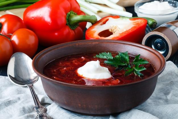 Traditionele rode soep borscht met vlees