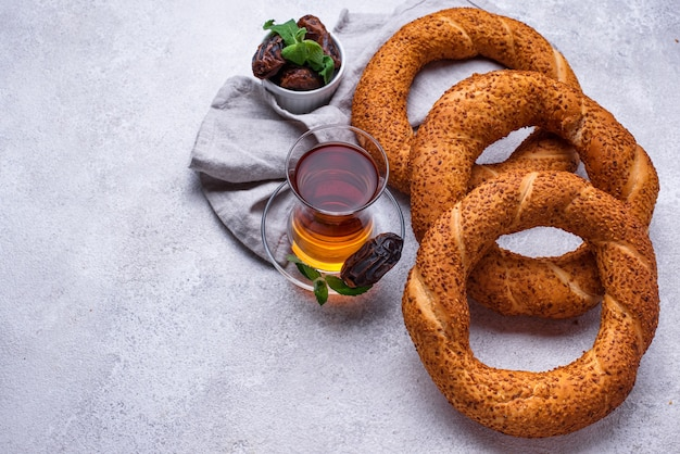 Traditionele ronde turkse bagelsimit met sesam