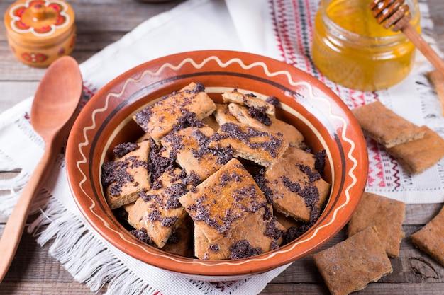 Traditionele russische cakes met maanzaad en honing in een ceramische kom