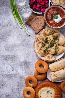 Traditionele russische gerechten, zoetigheden en wodka