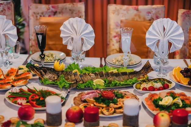 Traditionele russische keuken met gebakken gevulde snoeken en andere snacks op de feestelijke lijst