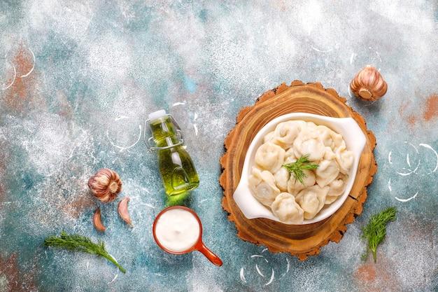Traditionele russische pelmeni of dumplings met vlees.