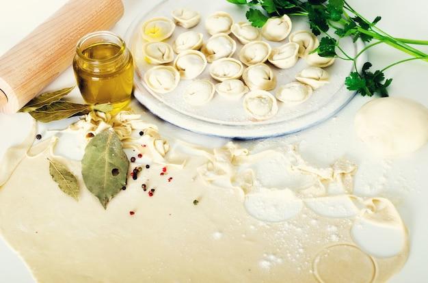 Traditionele russische pelmeni, ravioli, dumplings met vlees