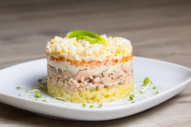 Traditionele russische salade mimosa