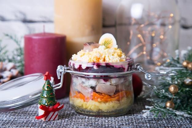 Traditionele russische salade van haring, bieten, aardappelen, wortelen en eieren.