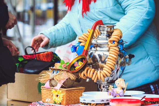 Traditionele russische samowar met bagels erop en een houten lepel