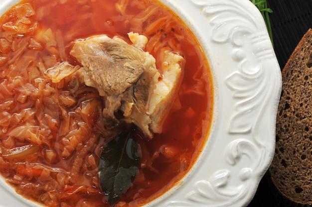 Traditionele russische soep - borsjt met kool, zure room