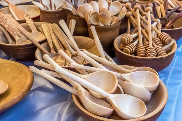 Traditionele russische souvenirs handgemaakte houten lepels en kopjes
