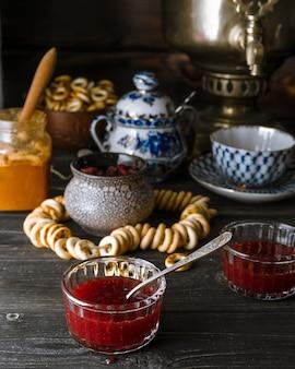 Traditionele russische theetafelopstelling met jam, honing, bagels