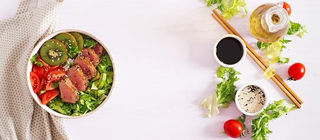 Traditionele salade met stukjes medium-zeldzame gegrilde ahi-tonijn en sesam met verse groentesalade