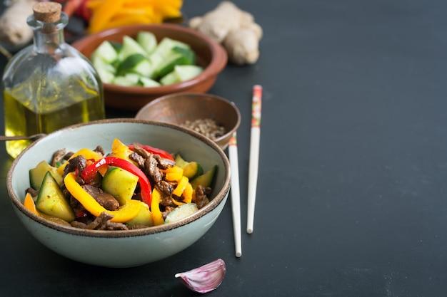 Traditionele salade van aziatische keuken bereid met rundvlees en groenten