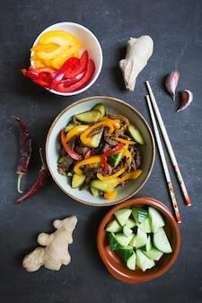 Traditionele salade van dungankeuken met rundvlees en groenten