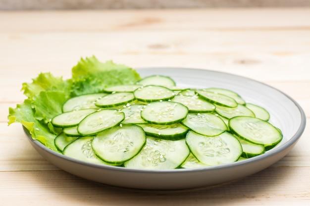 Traditionele salade van plakjes komkommer en sesamzaadjes