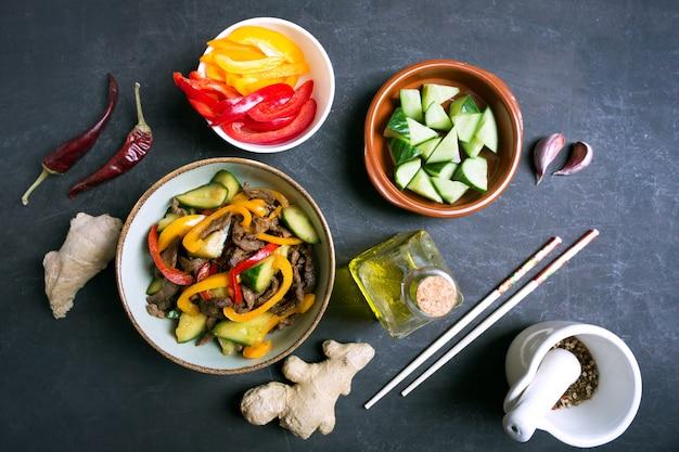Traditionele salade van uighur-keuken met rundvlees en groenten