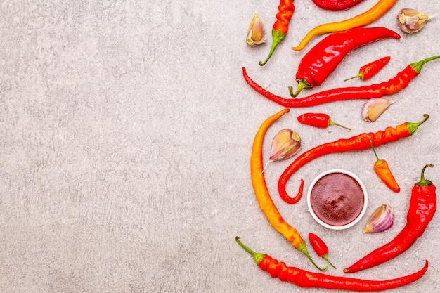 Traditionele saus sriracha met ingrediënten