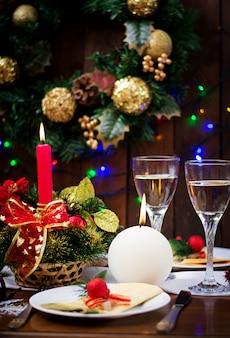 Traditionele servies op kerst tafel.
