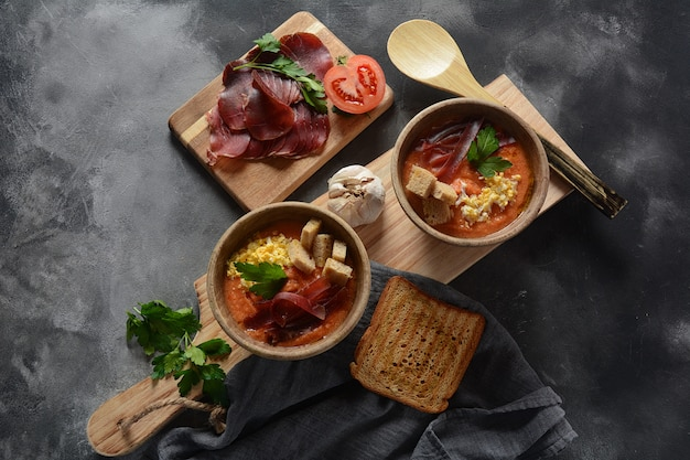 Traditionele spaanse andalusische tomatenroomsoep salmorejo