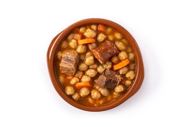 Traditionele spaanse cocido madrileño geïsoleerd op witte achtergrond