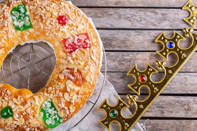 Traditionele spaanse openbaringscake roscon de reyes met feestelijke decoraties