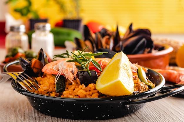 Traditionele spaanse paella met zeevruchten
