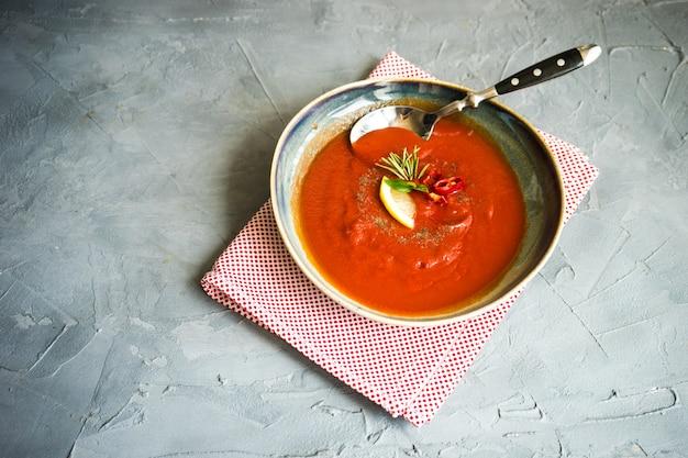 Traditionele spaanse tomatenroomsoep
