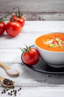 Traditionele spaanse tomatensoep met verse tomaten en verse komkommer