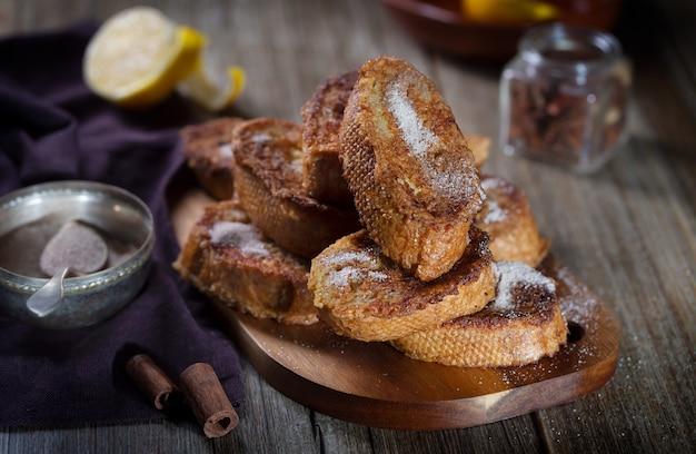 Traditionele spaanse torrijas. dessert voor kerstmis of pascua in spanje, horizontale oriëntatie