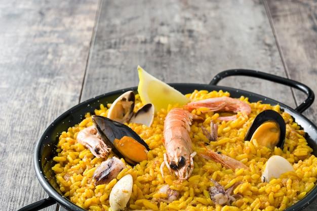 Traditionele spaanse zeevruchten paella