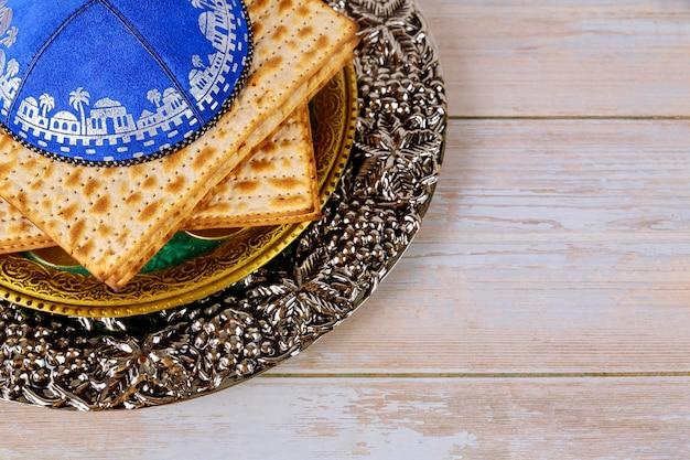 Traditionele symbolen van joodse vakantie matzo in de kippa