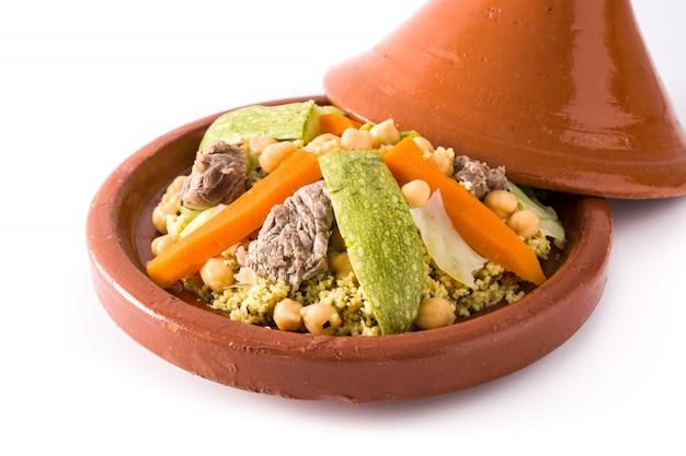 Traditionele tajine met groenten, kikkererwten, vlees en couscous geïsoleerd op een witte ondergrond