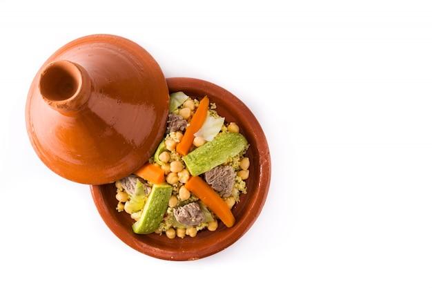 Traditionele tajine met groenten, kikkererwten, vlees en couscous geïsoleerd op wit.