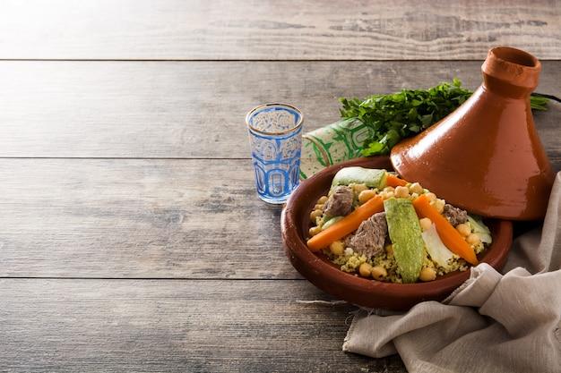 Traditionele tajine met groenten, kikkererwten, vlees en couscous