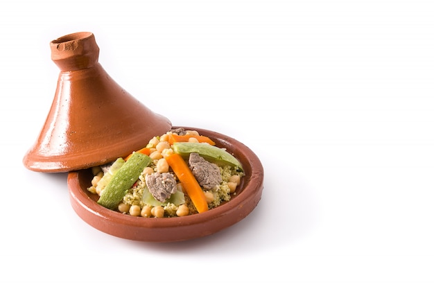 Traditionele tajine met groenten, kikkererwten, vlees en kouskous geïsoleerd op wit oppervlak kopie ruimte