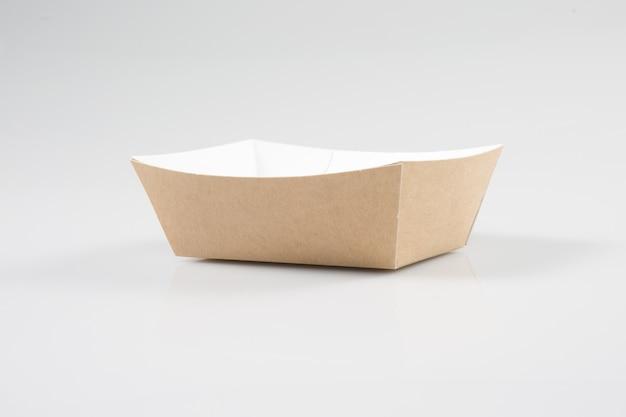 Traditionele take-out box van afhaalrestaurant op een wit