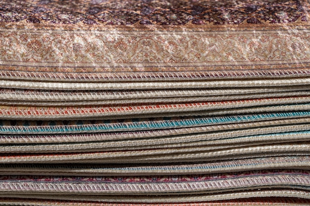 Traditionele tapijten om te verkopen bij een straatmarktkraam