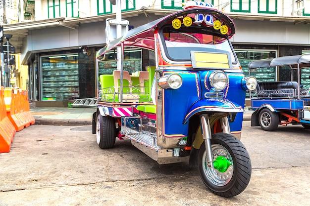 Traditionele taxi tuk-tuk in bangkok in thailand