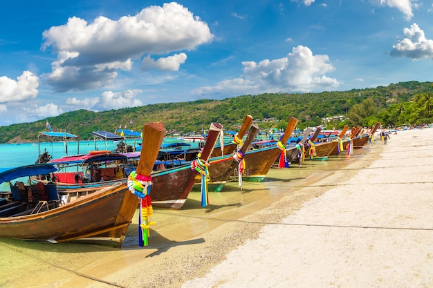 Traditionele thaise boot op phi phi don-eiland, thailand