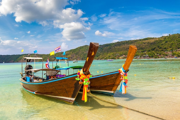 Traditionele thaise boot op phi phi don