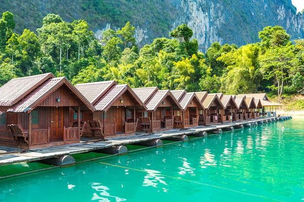 Traditionele thaise bungalows aan het cheow lan-meer van het khao sok national park in thailand