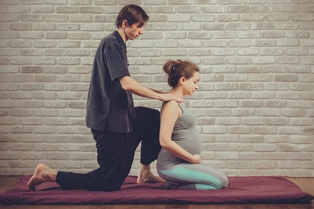 Traditionele thaise massage van een zwangere vrouw