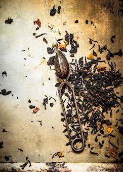 Traditionele thee met zetgroeplepel