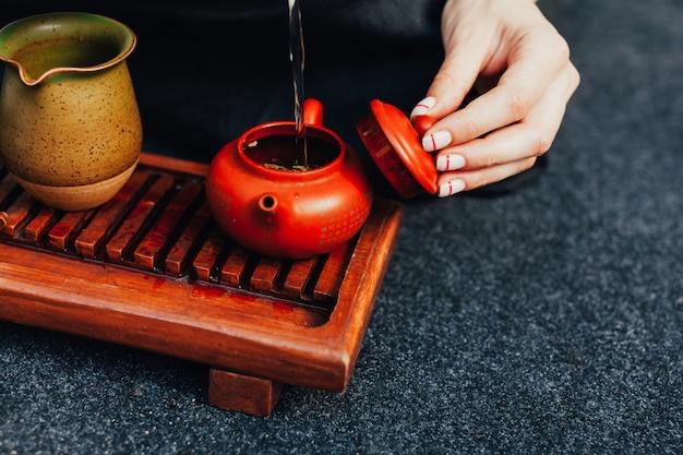 Traditionele theeceremonie dicht omhoog met vrouwenhand