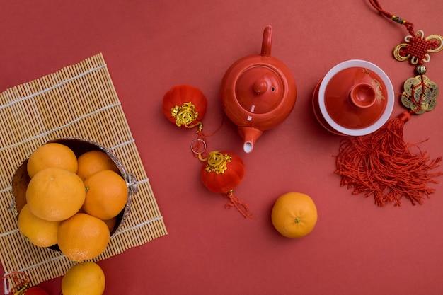 Traditionele theeceremonie met mandarijn oranjerode pakketten decoratie chinees nieuwjaar feestelijk