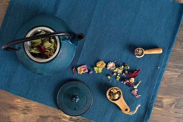 Traditionele theeceremonie-opstelling, theepot en thee met kruiden en gedroogde vruchten. tisane detox, ontspanning, genezing, gezonde troost, theetijd concept. bovenaanzicht, plat gelegd