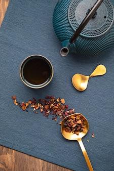 Traditionele theeceremonie-opstelling, theepot en theekopje met kruiden en thee van droog fruit. tisane detox, ontspanning, genezing, gezonde troost, theetijd concept. bovenaanzicht, plat gelegd