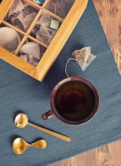 Traditionele theeceremonie-opstelling, theepot en theekopje met zakjes kruidenthee. tisane detox, ontspanning, genezing, gezonde troost, theetijd concept. bovenaanzicht, plat gelegd