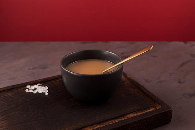 Traditionele tibetaanse boterthee of gekarnde thee in een donkere kom aziatische drank