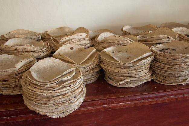 Traditionele tortilla's die wachten op het zijn van taco's