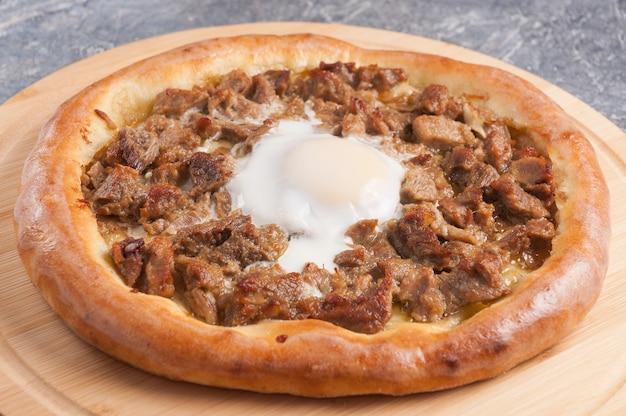 Traditionele turkse keuken ronde karadeniz pita kavurmali trabzon pidesi gestoofd vlees en ei pika