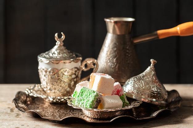 Traditionele turkse koffie en turks fruit